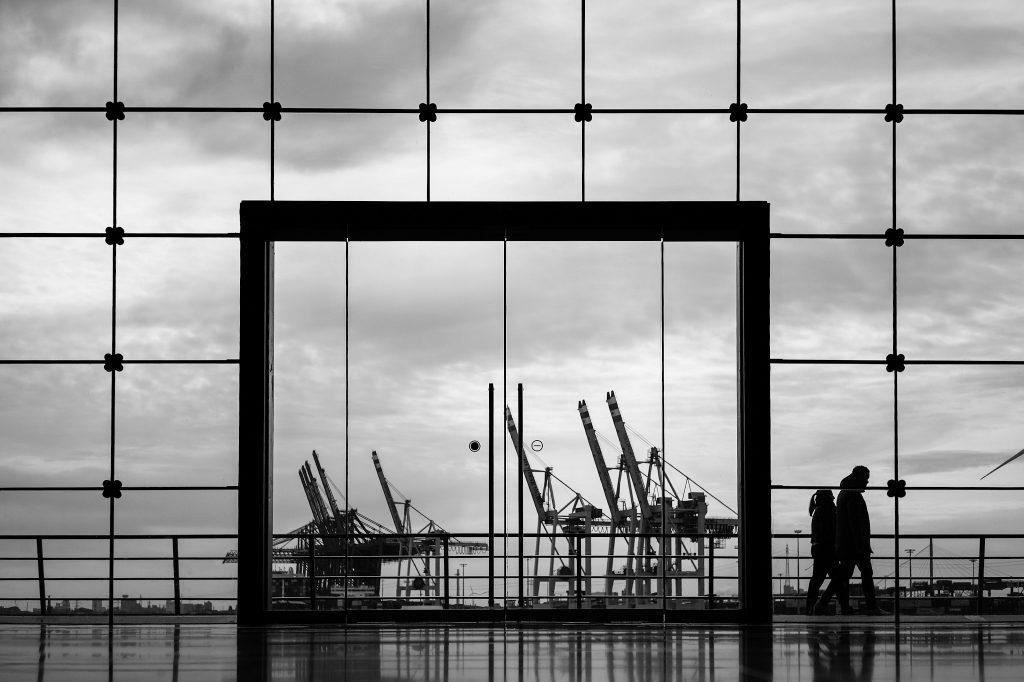 Blick durchs Glasportal auf den Hamburger Hafen