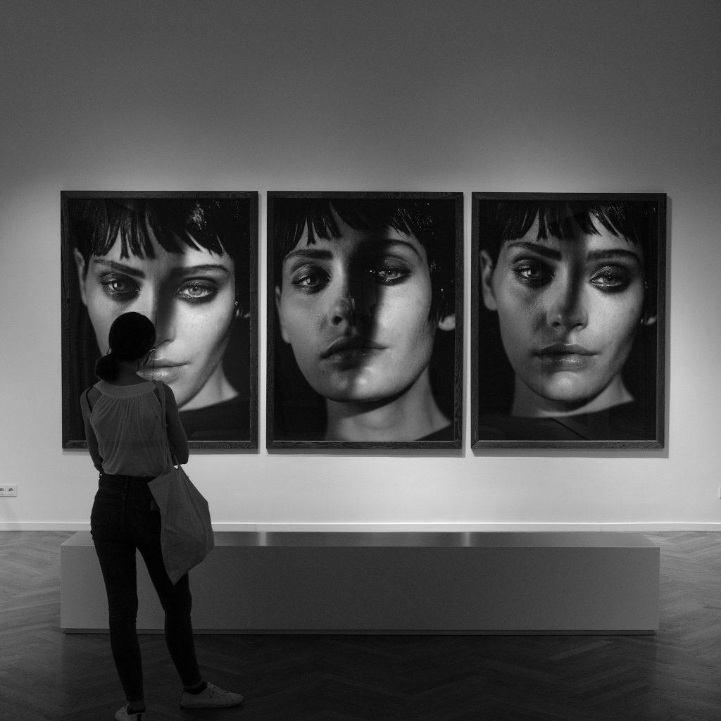 Frau vor großen Fotos von Peter Lindbergh
