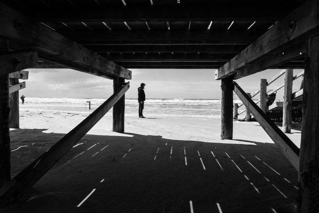 Unter einem Holzsteg am Strand in St. Peter Ording