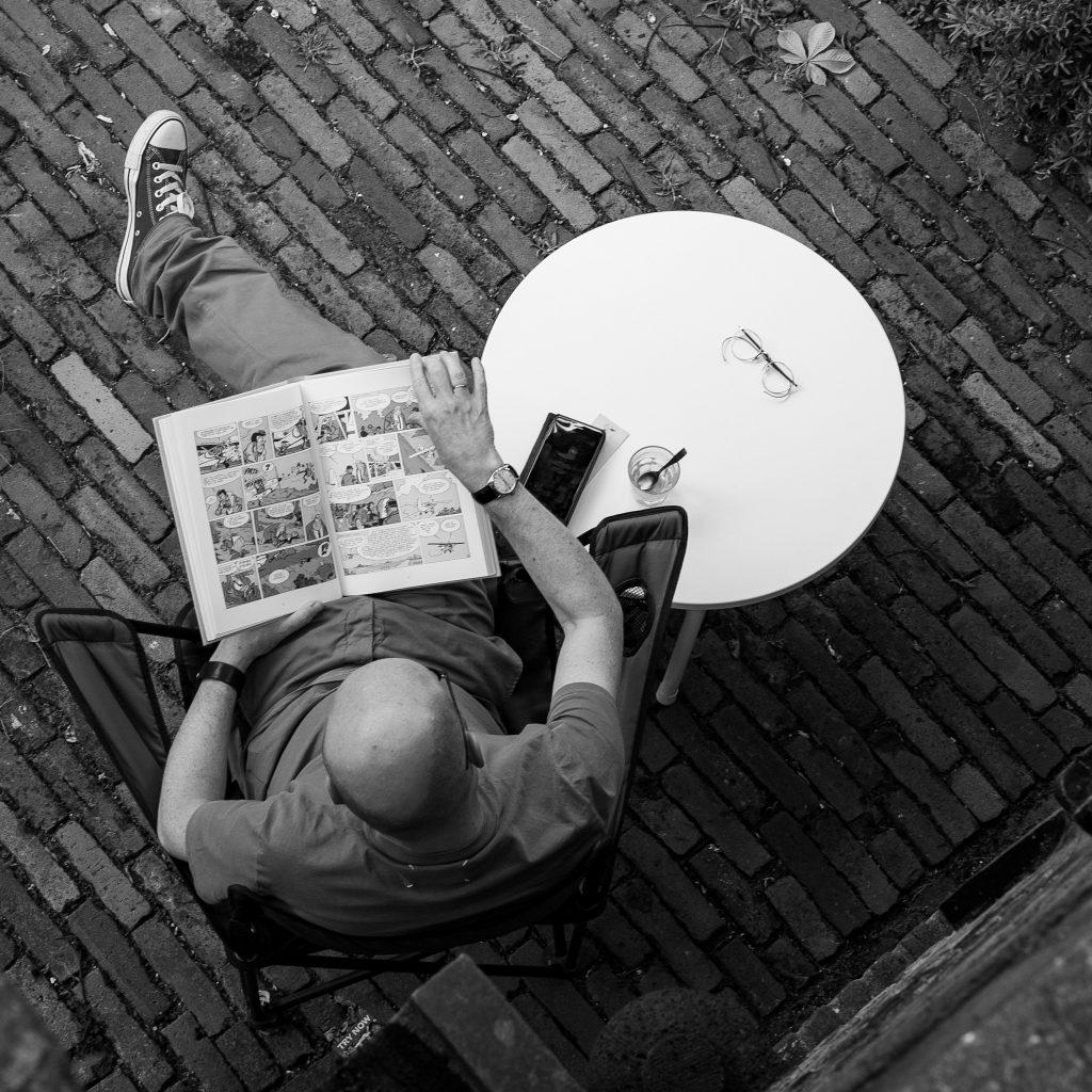 Mann liest einen Comic