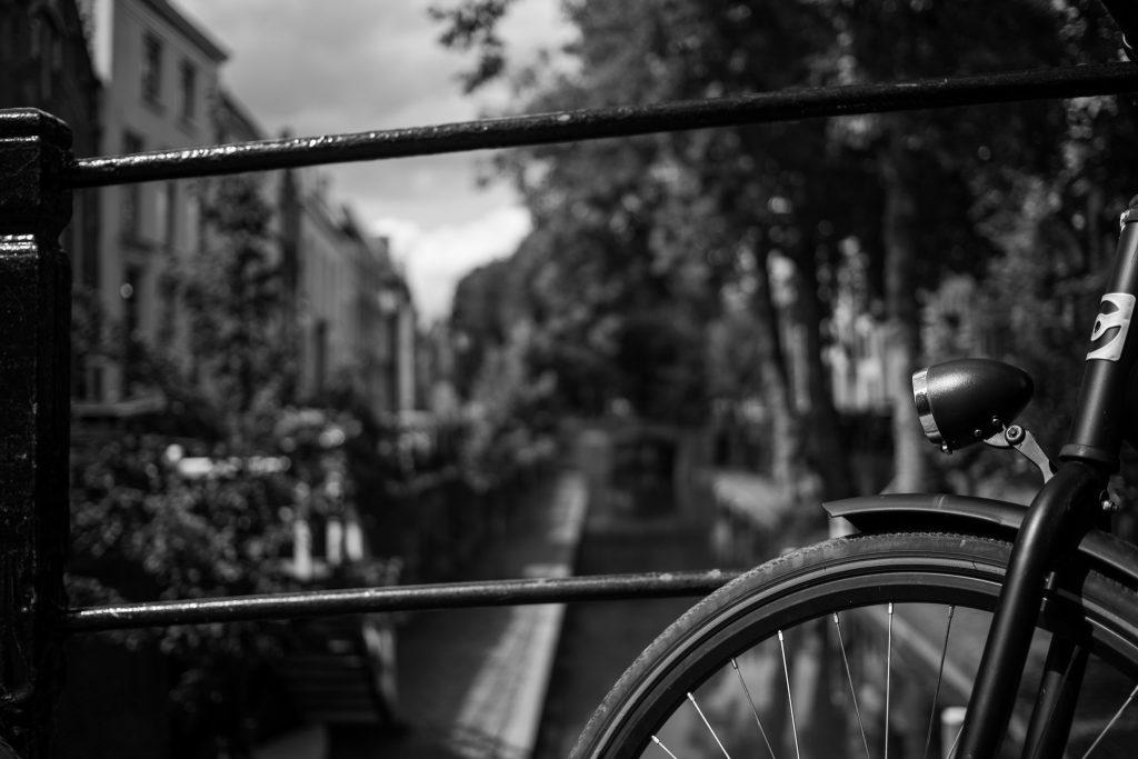Fahrrad auf einer Grachtenbrücke in Utrecht